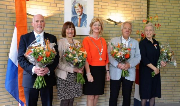 De gedecoreerden met in hun midden, ín oranje, Gorcums burgemeester Reinie Melissant.
