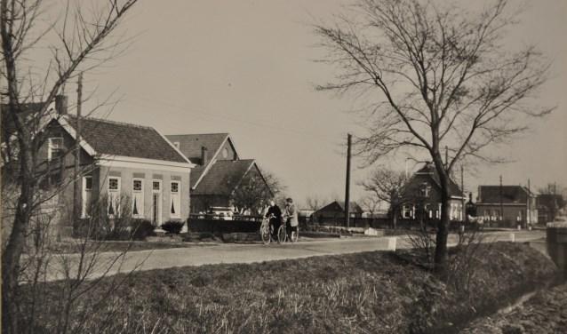 De Langeweg vormde de grens tussen o.a. Hendrik-Ido-Ambacht en Zwijndrecht. Voor de grenswijziging van 1832 lag ook ter hoogte van het Veerplein de grens op de Langeweg. Het pand De Vergulde Swaen (waarin vroeger een café was), en waar de Zwijndrechtse Historische Vereniging is gehuisvest, lag vroeger in het gebied dat tot de Volgerlanden van Schildmanskinderen Ambacht behoorde.