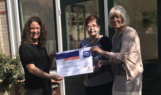 Ria van den Berg ontvangt namens het Hospice een cheque van de Rabobank Clubkas Campagne van Inge van der Riet. Eigen foto