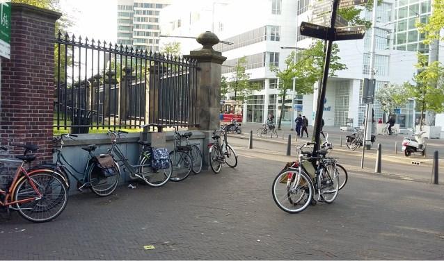 Bij Theater aan het Spui en het Filmhuis worden fietsen nog wel steeds tegen hekken en lantaarnpalen aangezet.