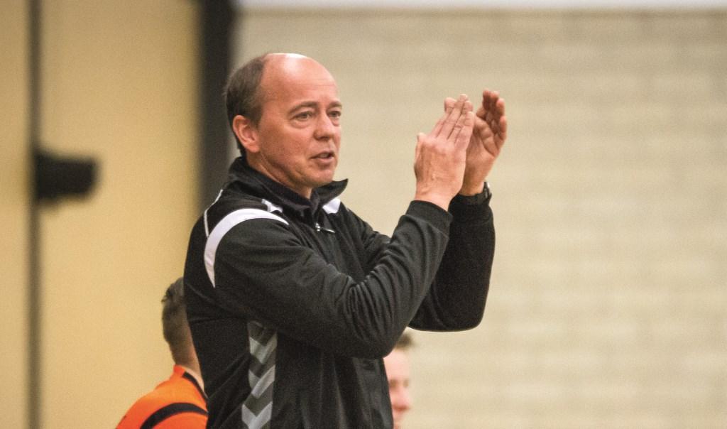 Trainer/coach Frank Dercks van HV Duiven klapt voor zijn kampioensploeg.