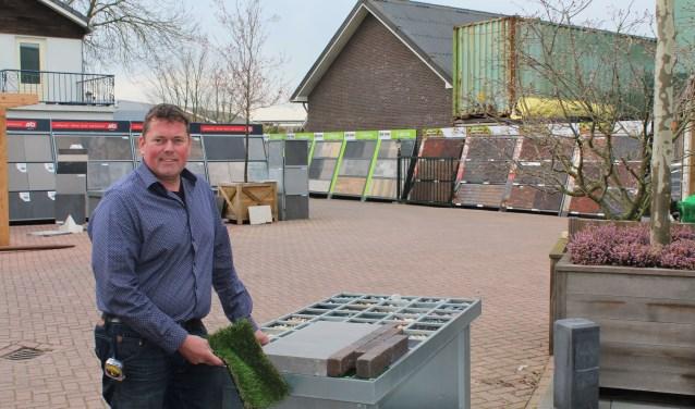 Eigenaar Theo Oosterom vertelt met kennis en ervaring over alle mogelijkheden. (Foto: Lysette Verwegen)