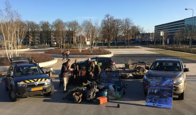 Brabantse Boswachters togen vandaag met enkele aanhangers vol met afval, gevonden in de natuur, naar het provinciehuis in Den Bosch.
