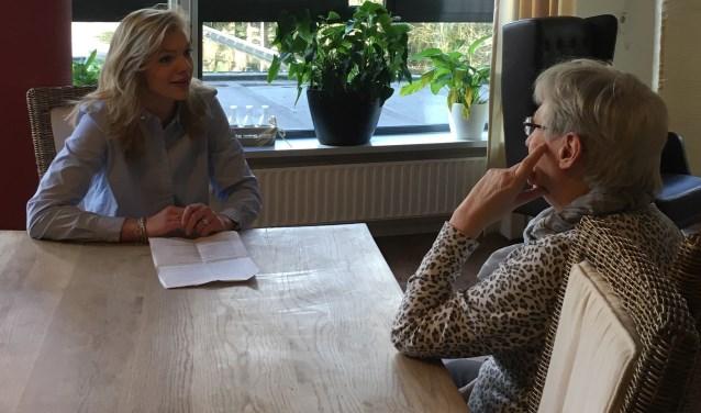 Nicole Groothuis (links) haalde voor haar onderzoek mooie verhalen op over vrijwilligerswerk in het hospice.