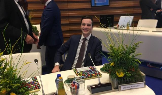 Matthijs Machielse (VVD), het jongste raadslid van Lansingerland, zit. Nestor Henk Meester (links, Leefbaar 3B) kijkt glimlachend toe.  Foto: GvL.