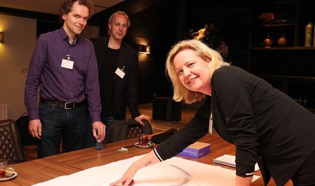 Derk van der Meer (l) van advies- en ingenieursbureau Royal HaskoningDHV, Edwin Thoen van de gemeente Utrechtse Heuvelrug en Karin Tuinman van de Provincie Utrecht. FOTO: Hanny van Eerden