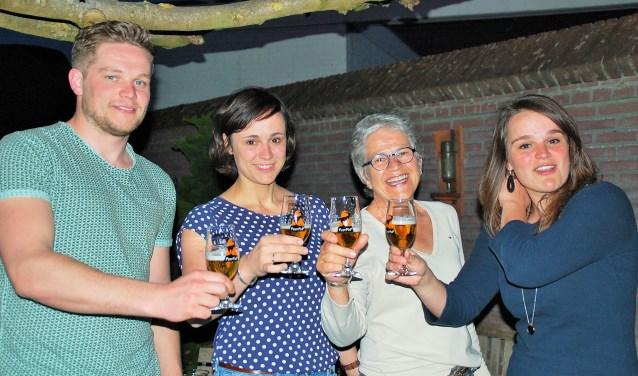 Puck, Lieske, Annemie en Lotte Hems proosten op het leven. PeerPop 2018 belooft een mooie editie te worden, in de geest van Peer Hems.