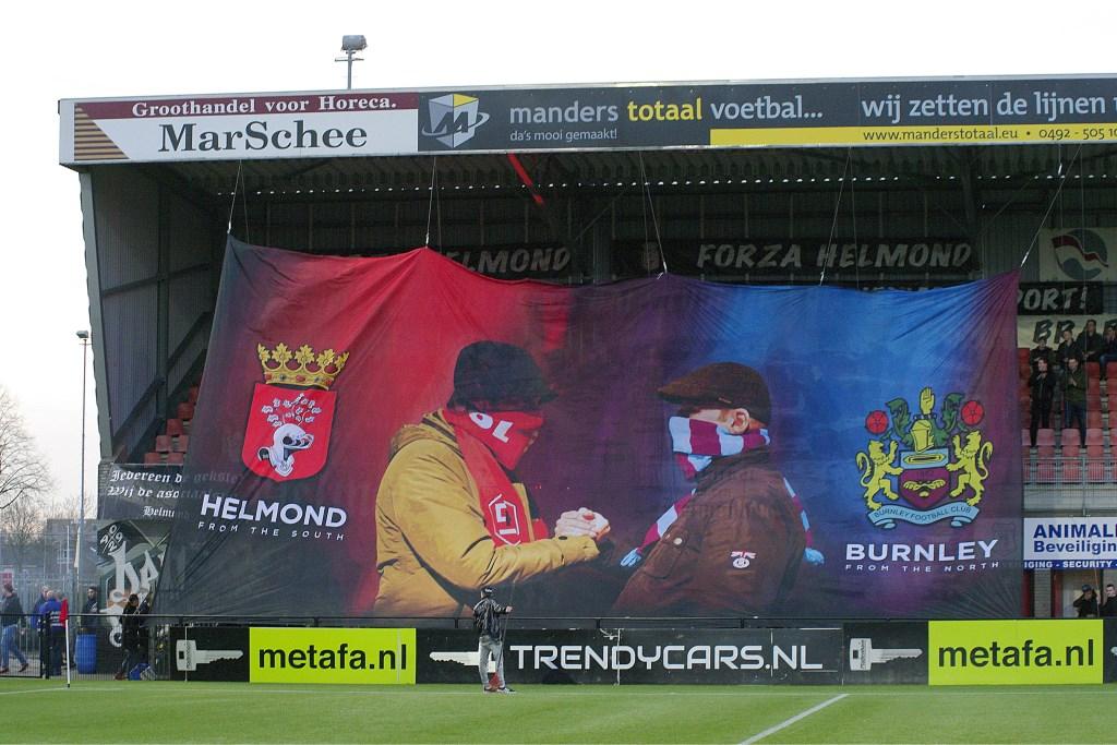 Het spandoek in het stadion van Helmond Sport dat de vriendschapsband tussen de beide supportersgroepen onderstreept. Foto: Wim van den Broek.