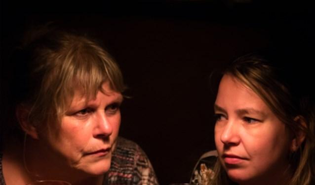 De voorstelling Deruit vertelt vijf verschillende verhalen over het dinerende publiek in restaurant Deruit.