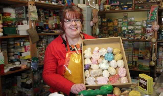 Elvera en een greep uit haar verzameling zeepjes.