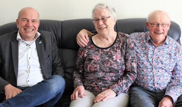 Wethouder Wim Aalderink ging zondagmorgen op felicitatiebezoek bij het 60-jarig bruidspaar Jan en Tine Leemkuil-ten Dolle. (Foto PR)