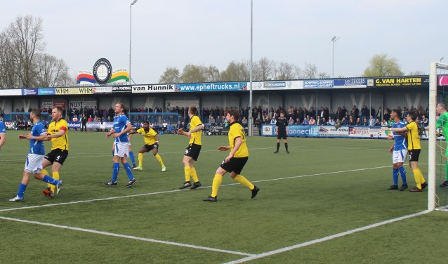 Veel beweging voor het doel van FC Lienden keeper Jan Schimmel. Het is een aanval zonder gevaar. De Veenendaalse Tweede Divisionist kon niet echt overtuigen. (Foto: Henk Jansen)