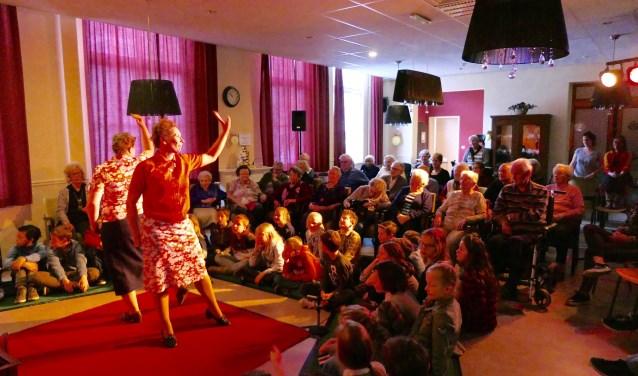 De voorstelling 'Vierkant Verliefd' probeert een brug te slaan tussen ouderen en kinderen van de bassischool. Dit project wordt mede mogelijk gemaakt door financiële steun van het Oranje Fonds, VSB Fonds en het Prins Bernhard Cultuur Fonds.