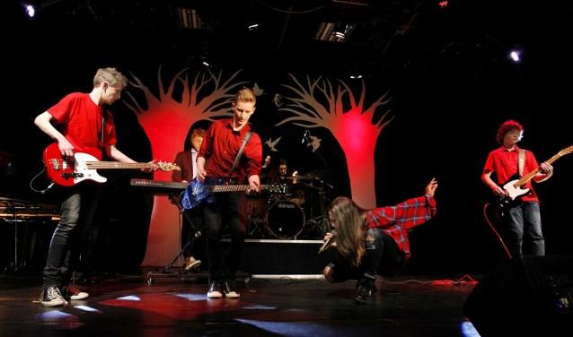Francesca Soonieus, Daan en Chris Fletterman, Adriaan Koster, Nano Rutten en Rik Reimus aka Remind me of Rock spelen The Red Queen Effect van Navarone, Foto: PR