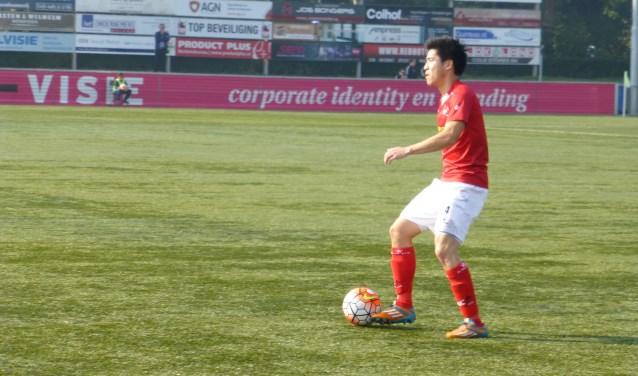 Jacky Chi aan de bal tijdens een eerdere periode in het shirt van JVC Cuijk. (foto: Sander Berends)