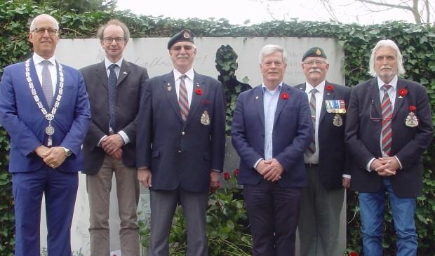 Commandant Hans Brink (2de van rechts) en captain Jack Bowen (4de van rechts), bezochten de Walter Strang Memorial. Hier geflankeerd door het bestuur van de WSFoundation en Gerard Renkema. Foto: Jeroen Zuurman