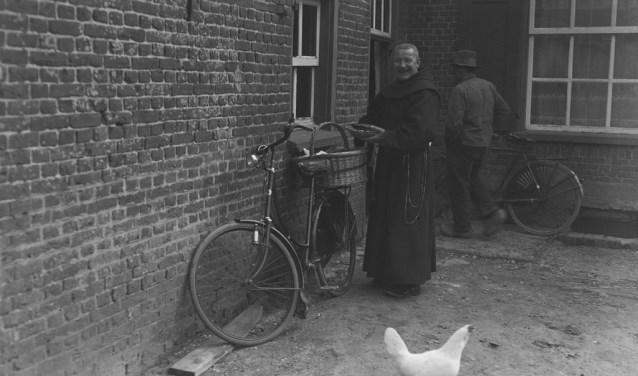 'De lachende pater' heeft zojuist een mandje eieren gehaald bij een boer (foto: BHIC)