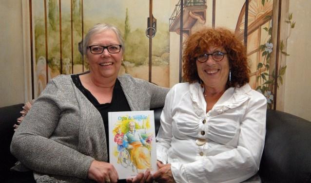 Marijke Witman (links) en rechts Mientje Meussen met het boek Opa & Sophie. (foto: Tom Oosthout)