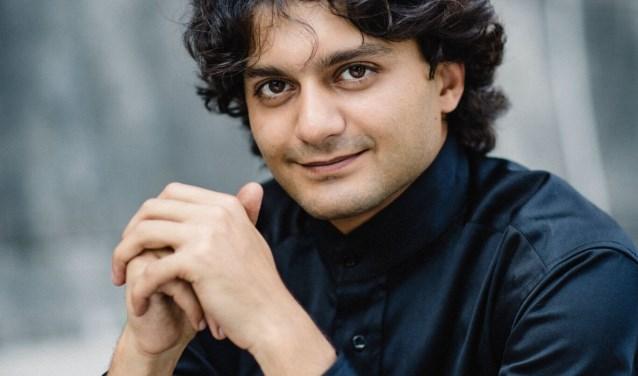Hossein Pishkar is een gelauwerde dirigent die vrijdag het eerste concert van het Euregiofestival Orchestra dirigeert.