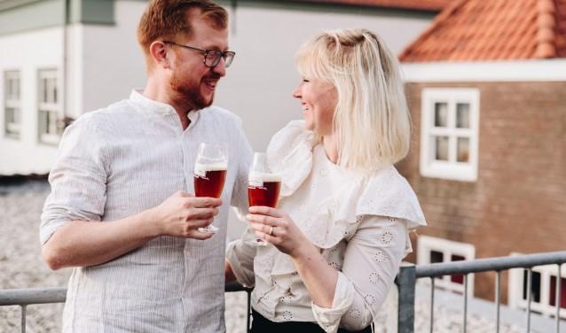 Eric en Denise proosten op de presentatie van hun koperkleurig, Haags biertje. (Foto: Louise Boonstoppel)