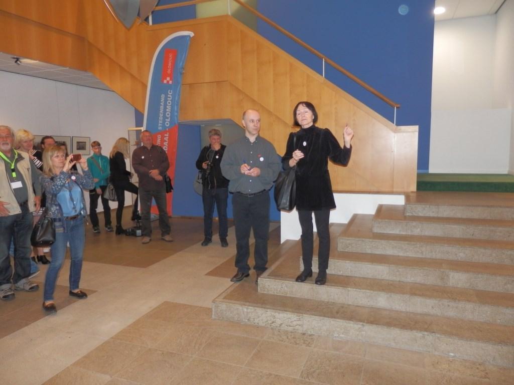 Fotografen uit Olomouc bezochten zaterdagochtend de expositie in het gemeentehuis. Wethouder Kundic was daarbij aanwezig.  © Persgroep