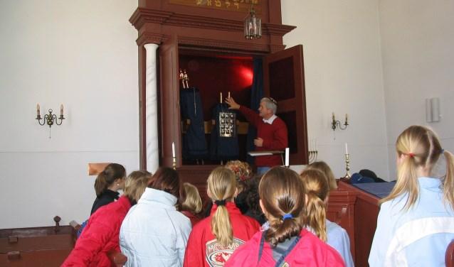 Bart ten Bruggencate geeft uitleg aan schoolkinderen in de Haaksbergse synagoge.