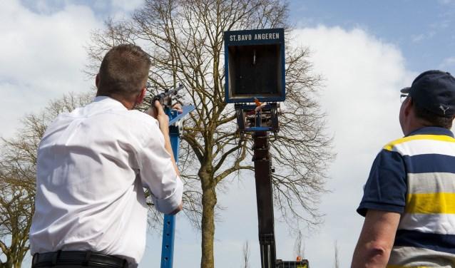 Ronald Dikker mikt op de houten vogel in Angeren. Hij is met Peggy Roelofs in de race voor de titel van schutterskoning. De twee schieten om beurten. Het verlossende schot wordt door Dikker gelost. Hij is daarmee winnaar. (Foto: Ellen Koelewijn)
