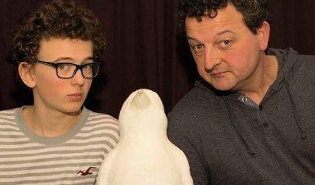 Na het overlijden van zijn broer, vond Marcel een beeld van een pinguïn voor zijn deur. Deze bleek door een tante neergezet te zijn. Deze pinguïn zal zeker onderdeel van de voorstelling zijn.