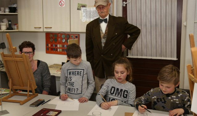 Kinderen maken kennis met het hobbycentrum. (foto Marco van den Broek).