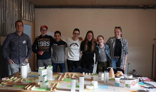 Isabella v. Schie, Sam v. Amelsfort, Lara Houten, Wouter v. Hirsel, Xander Oldenhof, Suzan vdr. Linden en Marc Mantz (docent).