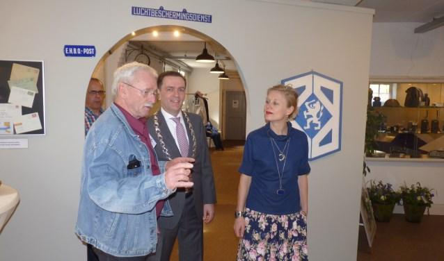 Burgemeester Bezuijen en wethouder Marloes Borsboom worden door het nieuwe museum geleid.
