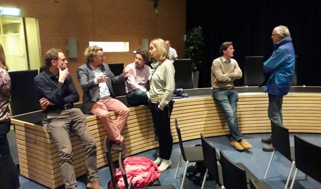 Bezoekers met elkaar in gesprek over de film. FOTO: Maarten Bos