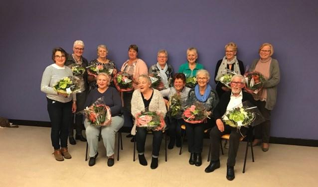 Alle jubilarissen kregen bloemen aangeboden.(Foto: Privé)