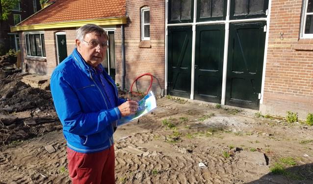 Jan Bakker laat zien wat er op het terrein van de stadsboerderij gaat verrijzen. (foto: Kees Stap)