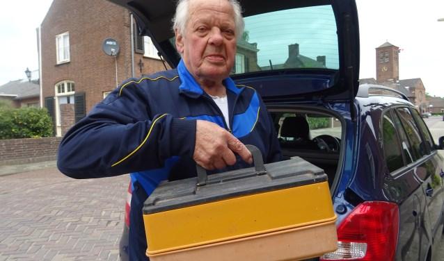 Wim van den Bogert uit Well is al 25 jaar vrijwilliger in verpleeghuis Het Zonnelied in Ammerzoden. Ook brengt hij maaltijden rond van Tafeltje Dekje in Ammerzoden en Well. Foto: Mieke Boelen