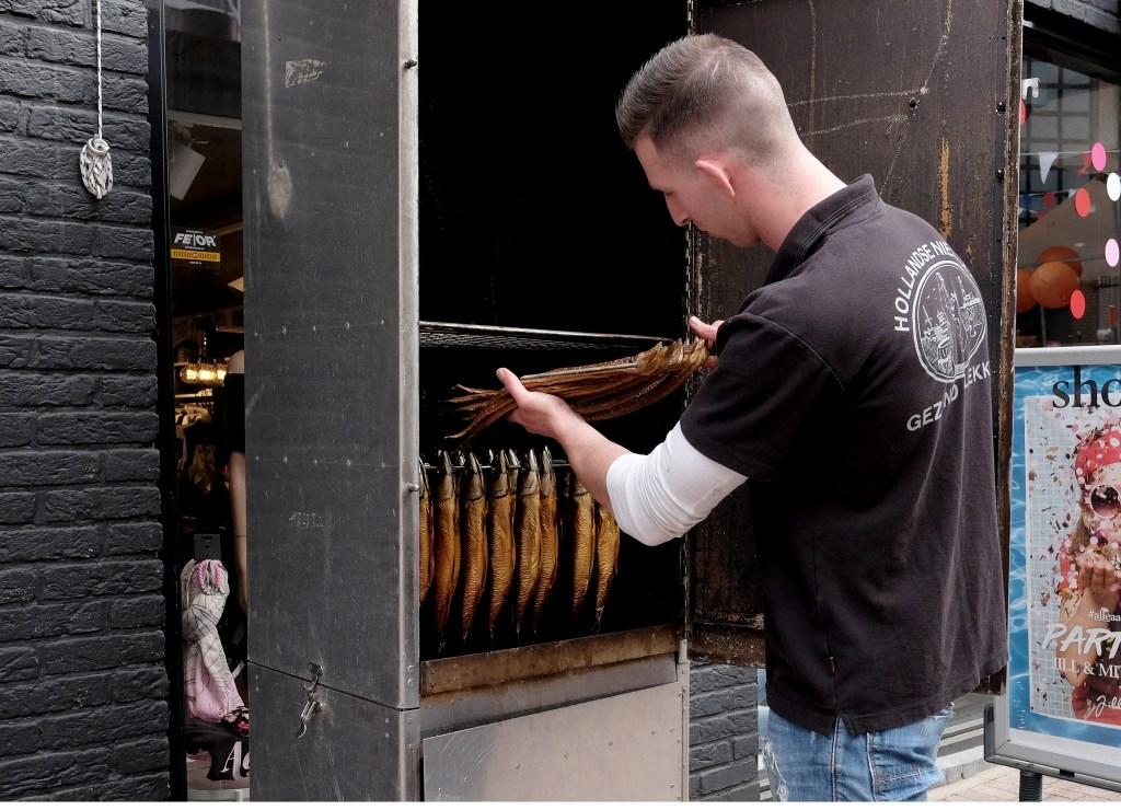 Paling roken bij visboer Arjan Pastoor.  © Persgroep