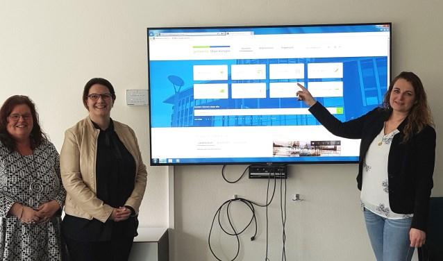 De wethouder Lepolder en de projectmederwerker lanceren de nieuwe website van gemeente Steenbergen. FOTO: GEMEENTE STEENBERGEN