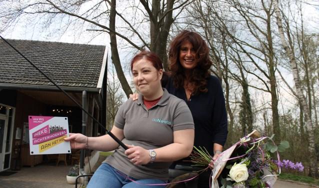 Lotte Stronks, werkzaam bij de Neeth en Miranda Hermsen, werkzaam bij hetUWV op de foto met het predicaat. (tekst en foto: Leo van der Linde)