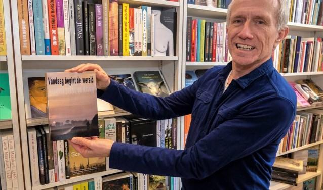 Stammes toont trots zijn boek. (Foto: Herman Baas)