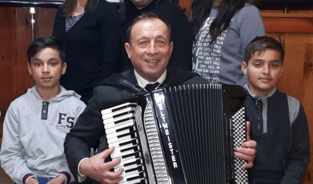 Petre en een vijftal dorpsgenoten uit het Roemeense Padureni geven zaterdag een concert in de Dorpskerk. (foto: pr)