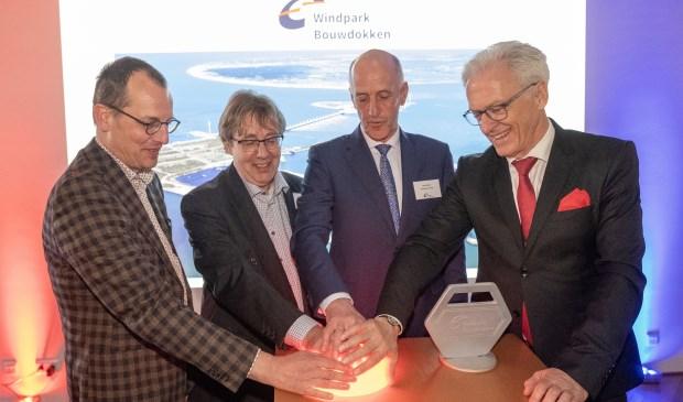 Fotobijschrift: Teus Baars (Zeeuwind), Henk den Boon (E-Connection), Jaap Melse (gemeente Veere), Ben de Reu (Provincie Zeeland)