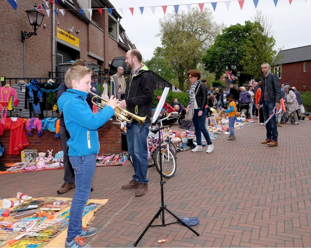 Rhenens talent Giel Roseboom(12), liet zijn trompet over het feestplein schallen.  © Persgroep