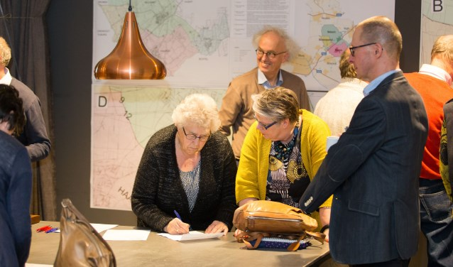 Inwoners van Helvoirt kregen op 3 april in het HelvoirThuis de gelegenheid mee te praten over de opsplitsing van de gemeente Haaren. Helvoirt gaat waarschijnlijk naar Vught. Ook over de exacte begrenzing tussen de dorpen konden zij inspreken. Foto: Rens Bressers