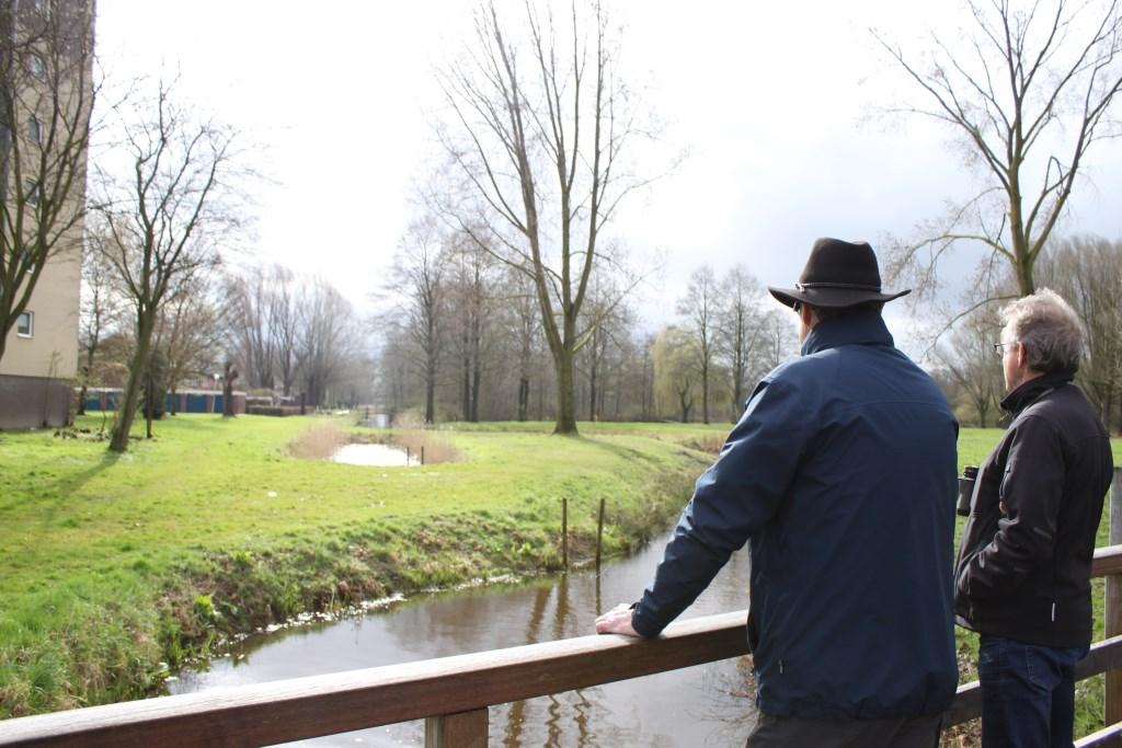 Ad Adriaans en Jan van Bommel van IVN Helmond bij de Goorloop. Foto: Romy Chatrou-van der Sande
