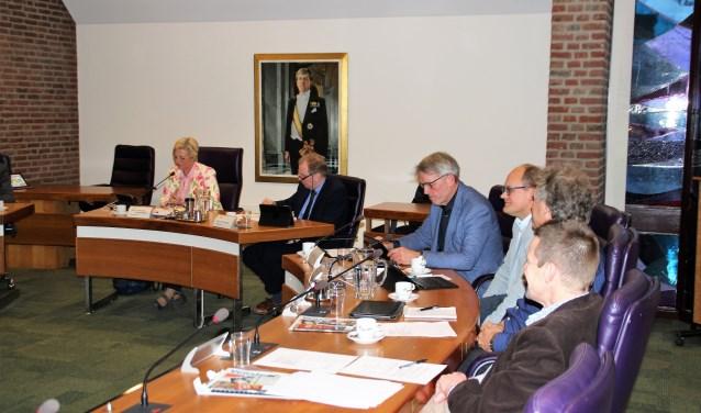 De commissie Maatschappij en Middelen heeft de eerste vergadering gehad onder voorzitterschap van Corrie Jansen. Het verschil tussen een gedenksteen en een monument was een eerste discussiepunt. Foto Dick Baas