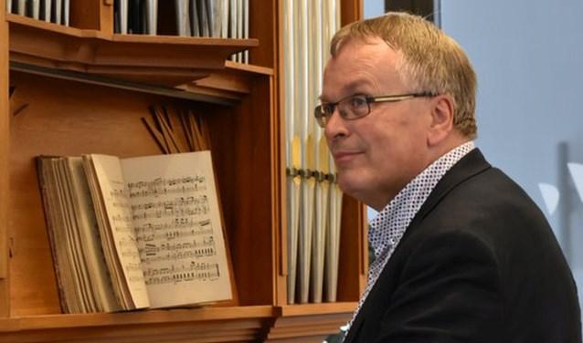 Stadsorganist Dick Sanderman wordt op donderdag 19 april tijdens een concert in het zonnetje gezet.