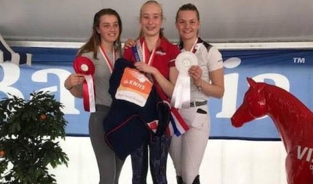 Namens Ruitersport Vereniging Heusden hebben Audrey en Britt dit weekeinde een gouden en een bronzen medaille behaald.