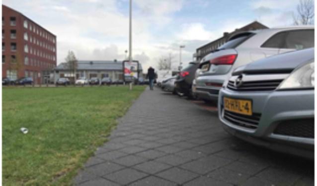 Verlengde Houtrakgracht. Correct geparkeerde auto's belemmeren doorgang.