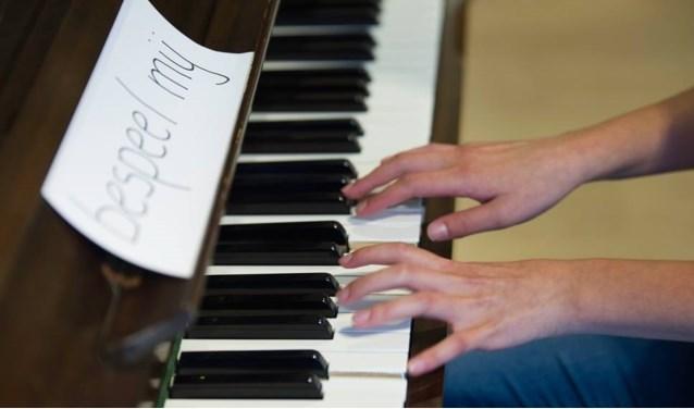 bespeel me op onze piano