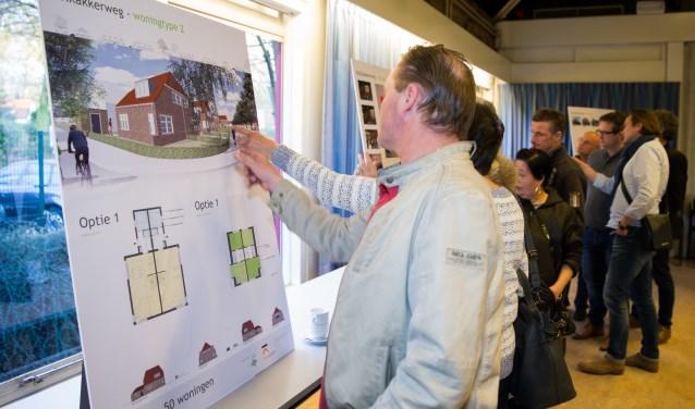 Bewoners van de Kolkakkerbuurt bekijken de plattegronden van hun nieuwe woningen (foto: Jacqueline Imminkhuizen)
